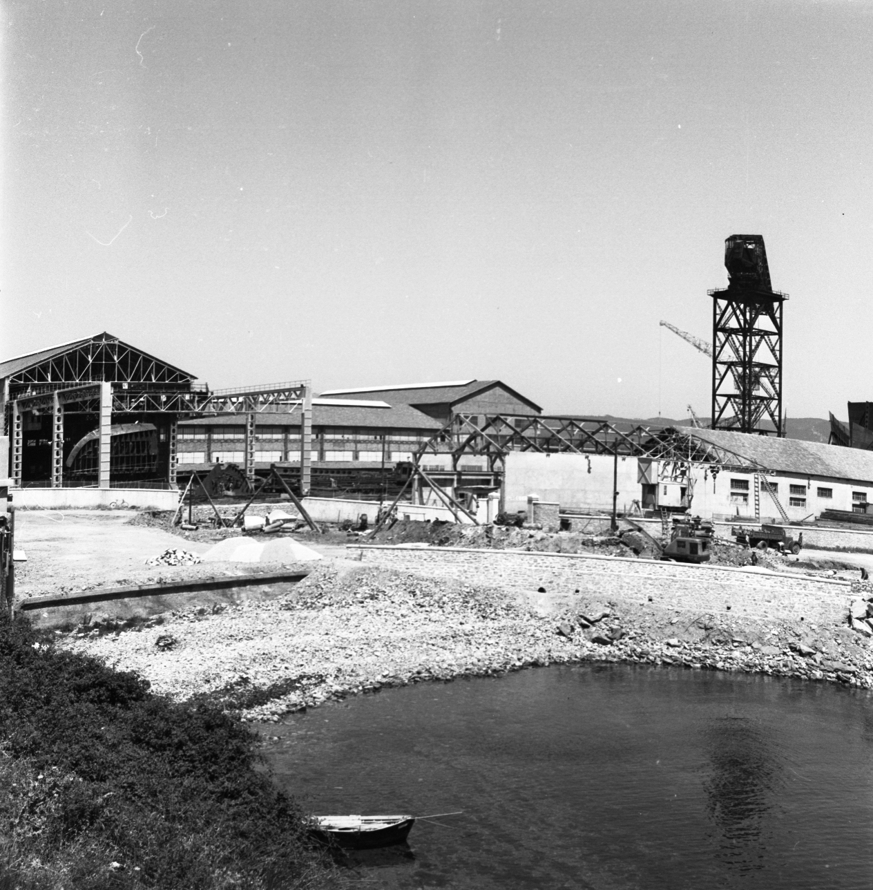 42 Fi 273 Suite des travaux d'aménagement de l'anse du Pré. Le parquet de soudure de la nef de préfabrication n'existe pas encore. 26/07/1953