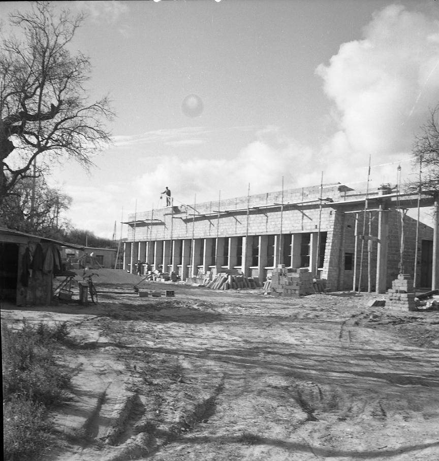 27 Fi 1285 - 30.Les constructions se poursuivent à La Ciotat comme le montre cette photo de l'école de La Garde dont on reconnait le préau en construction. - 6/10/1956