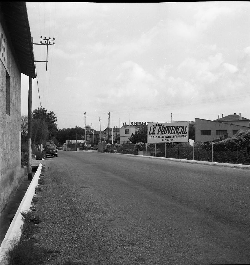 27 Fi 1286 - 31.Seul un panneau publicitaire se dressait sur les abords de la route de Marseille… ce qui n'est plus le cas aujourd'hui. Il est également vrai qu'il passait moins de voitures … - 6/10/1956