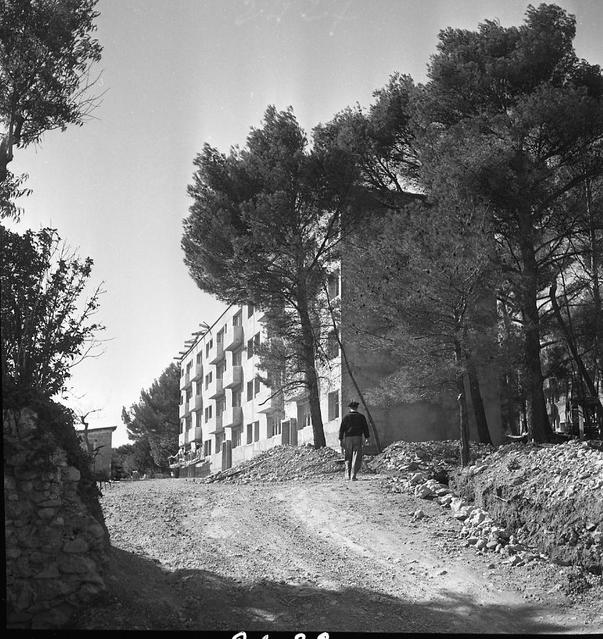 27 Fi 1290 - 28.Des bâtiments en construction au milieu des pins pour le nouvel ensemble immobilier nommé Parc de la Trinité. - 5/10/1956