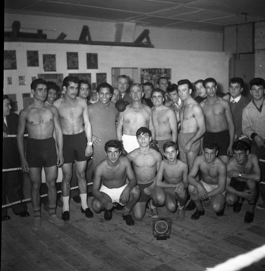 27 Fi 1375 - 33.Pas de poids lourds sur ce cliché de boxeurs du club local. Mais une ambiance certaine… - 28/10/1956