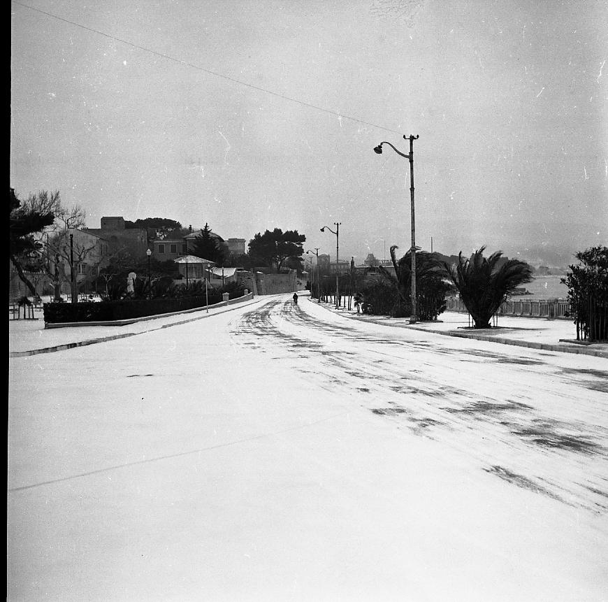 27 Fi 1647 - 4.La neige a recouvert de son manteau blanc le boulevard Wilson et le square Mouton. - 10/02/1956