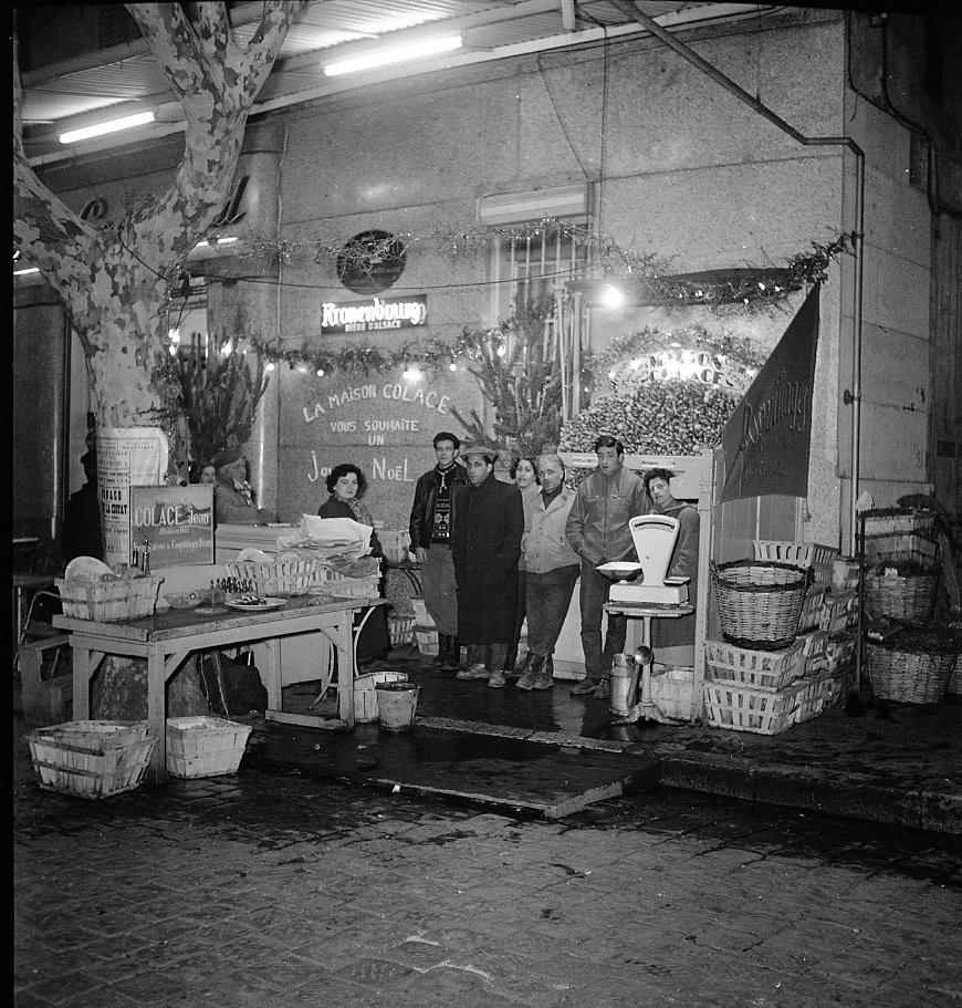 27 Fi 1660 - 35.C'est Noël ! L'étal de Colace a été pris d'assaut. Le banc est vide, les estomacs bientôt pleins ! - 25/12/1956