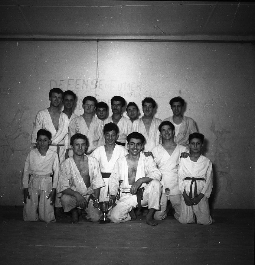 27 Fi 2096 - 1.Les judokas de M.Makessian fiers de poser avec leur trophée. - 21/01/1956