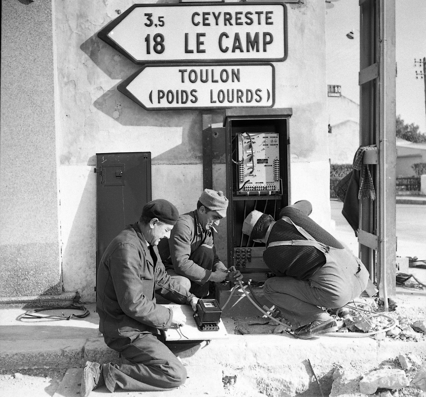 27 Fi 2202 - 5.Les ouvriers font les derniers branchements du feu du Vallat de Roubaud. « Nouvelle signalisation au carrefour qui espérons-le augmentera la sécurité de tous à cet endroit particulièrement dangereux. » Le Provençal - 22/02/1956