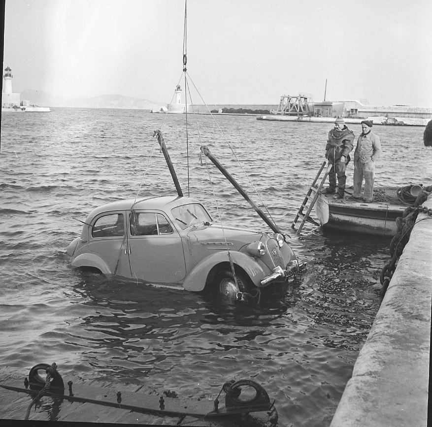 27 Fi 2291 - 6.Le scaphandrier peut être fier de son travail. La voiture sort de l'eau en toute sécurité. - 15/03/1956
