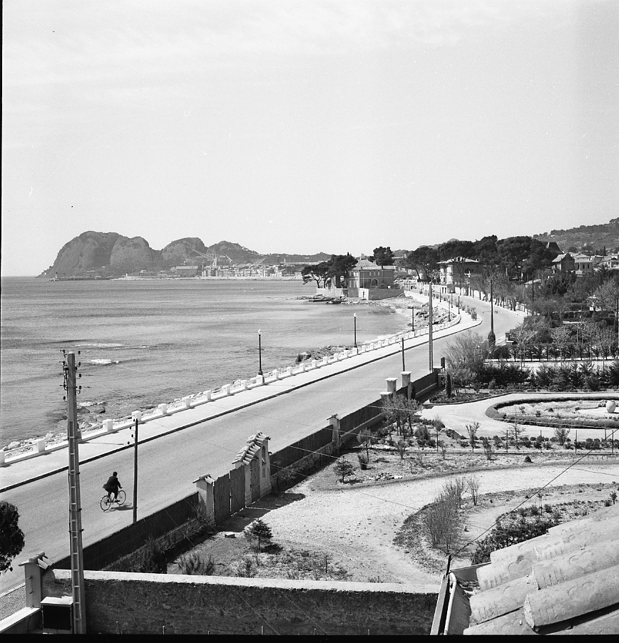 27 Fi 2483 - 9.Tout a bien changé sur ce bord de mer. Les plages ne sont pas encore aménagées. Le tourisme printanier n'existe pas encore, la route est libre pour le plus grand plaisir de ce cycliste. - 3/05/1956