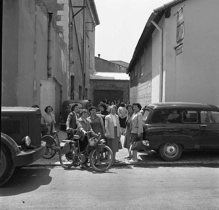 27 Fi 2532 - 13.Comme leurs époux aux Chantiers, sortie des établissements Gamet pour ces ouvrières à pied ou à vélomoteur sur le boulevard Jean Jaurès. - 15/05/1956