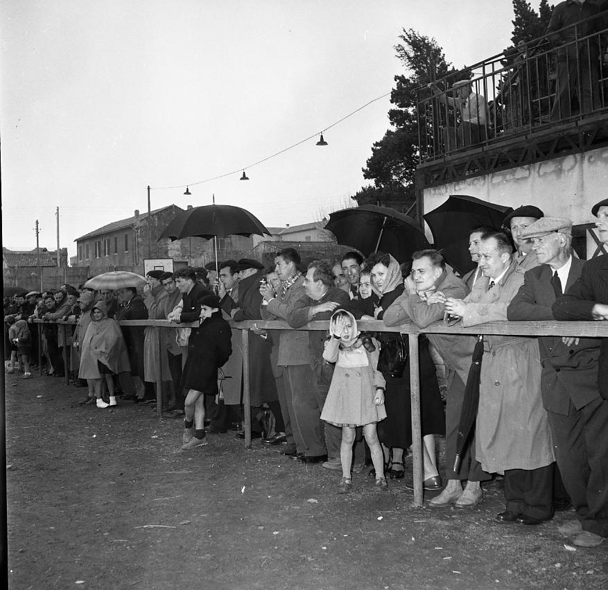 46 Fi 0245 - 7.Même sous la pluie, de nombreux supporters sont venus encourager La Ciotat contre La Seyne/Mer avec un score final de 3 à 0 pour les locaux. - 15/04/1956