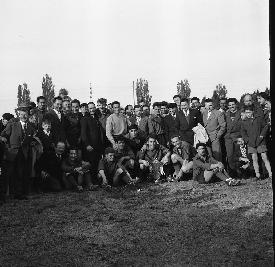 46 Fi 0261 - 8.Finale de la Coupe de Provence remportée 4 à 0 par La Ciotat face à Port de Bouc, en Arles. Sur la pelouse, joueurs, dirigeants et supporters prennent la pose avec la coupe. - 29/04/1956
