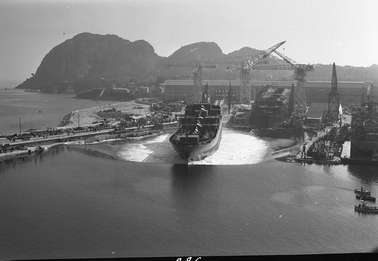 46 Fi 0314 - 12.Lancement du Cargo russe Nikolay Burdenko le 9 mai 1956. Juste à côté, sur la cale 2, le Tigre est en construction. On remarque sur ce cliché que la plage du Pré n'existe plus et que les Chantiers commencent à s'étendre sur la mer. - 9/05