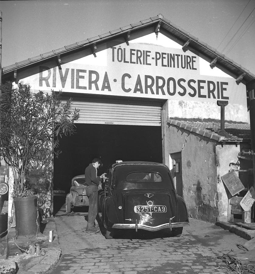 27Fi 354 - Un ouvrier bien appliqué à la carrosserie Riviera sur l'ancienne route de Marseille, devenue avenue Subilia, bichonne une belle « Matford ». Ce lieu est aujourd'hui un lieu de culte. 16/01/1953