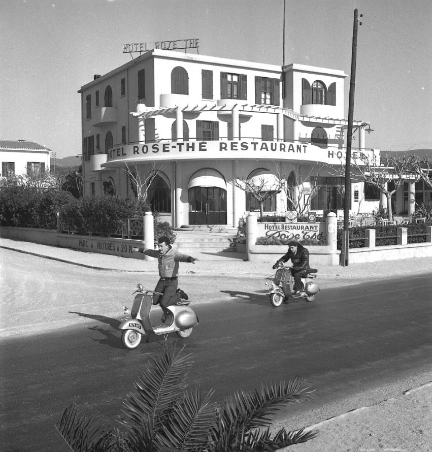 27Fi 442 - Des casse-cous en Vespa sur la plage devant l'imposant Rose-Thé. 26/01/1953