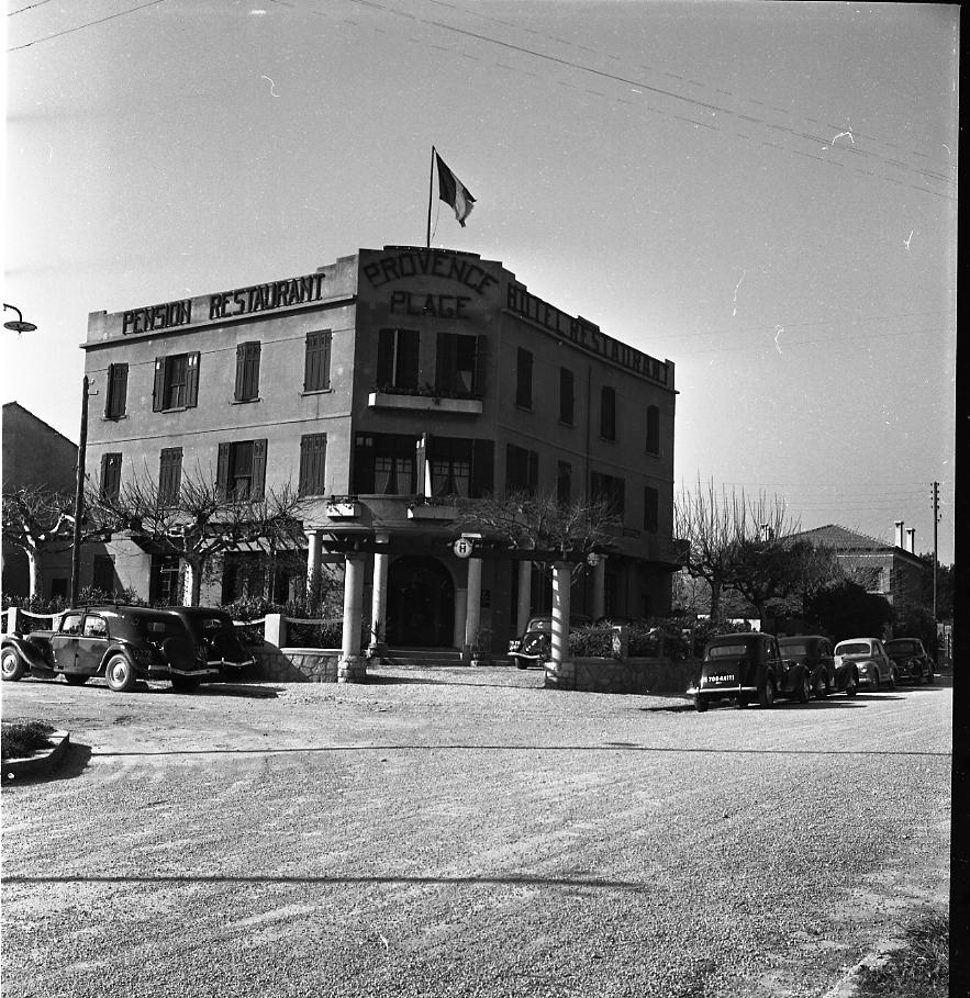 27Fi 567 - Le prestigieux hôtel-restaurant « Le Provence Plage », table incontournable à l'époque, dont la spécialité était des plats à base de poisson. 28/02/1953