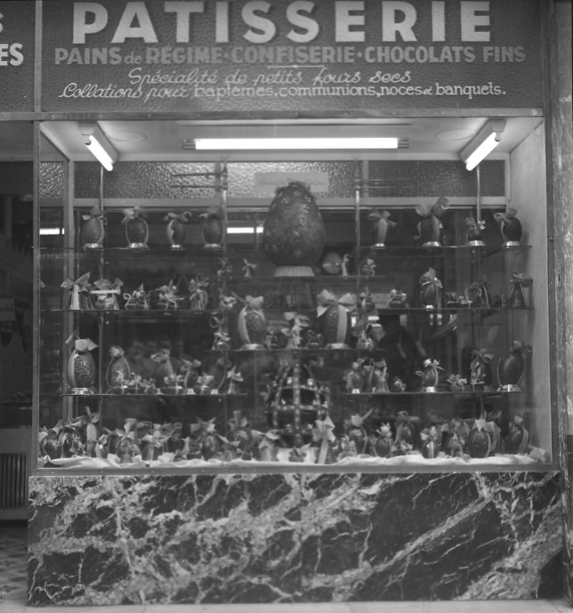 27Fi 741 - Appétissante vitrine de la pâtisserie Giordana à l'occasion des fêtes de Pâques au bas de la rue des Poilus. 4/04/1953