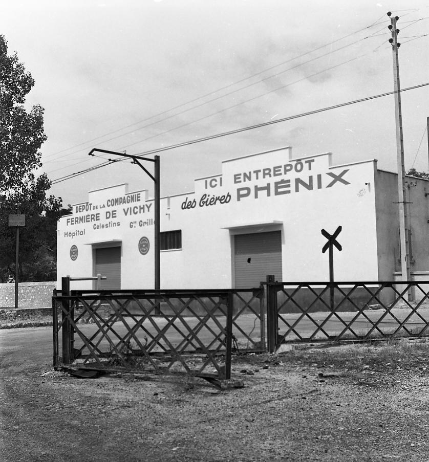 27Fi 877 - Le célèbre entrepôt des bières Phénix qui approvisionnait tous les bars de la région. Ce bâtiment accueillera par la suite le Comité d'Entreprise des Chantiers Navals et aujourd'hui l'association « le Centaure ». 21/06/1953