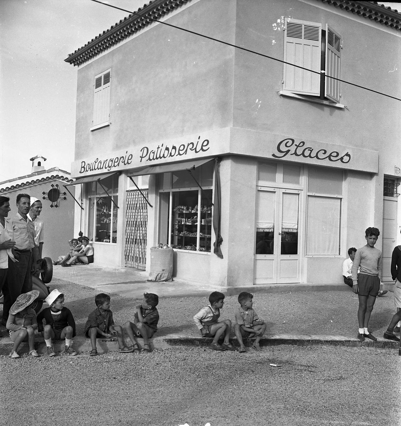 42Fi 063 - La boulangerie-pâtisserie Ducros au quartier de la Garde, envahie par des spectateurs lors d'une course cycliste. 14/07/1953