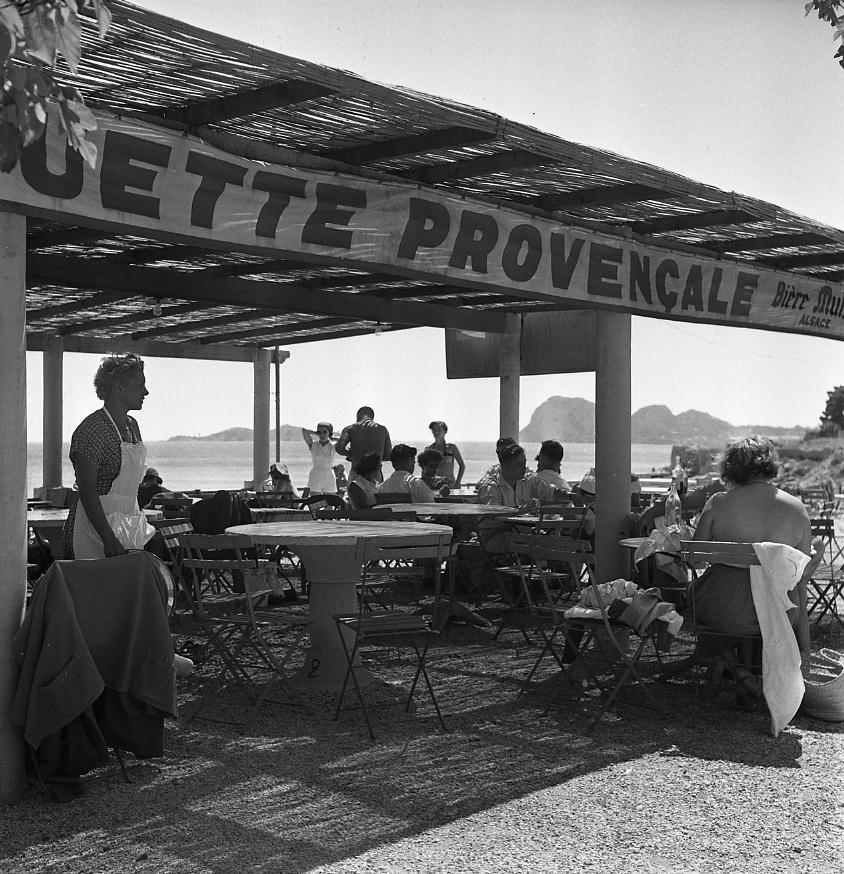 42Fi 153 - Guinguette de Titin sur la plage de Fontsainte avec sa vue imprenable sur l'Ile Verte et les trois Secs. 19/07/1953