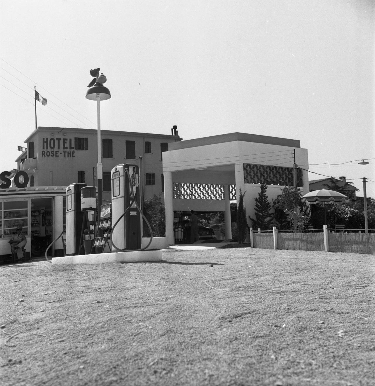 42Fi 278 - Poste à essence ESSO devant le Rose-Thé face à la grande plage. Les lieux ont radicalement changé aujourd'hui. 27/07/1953
