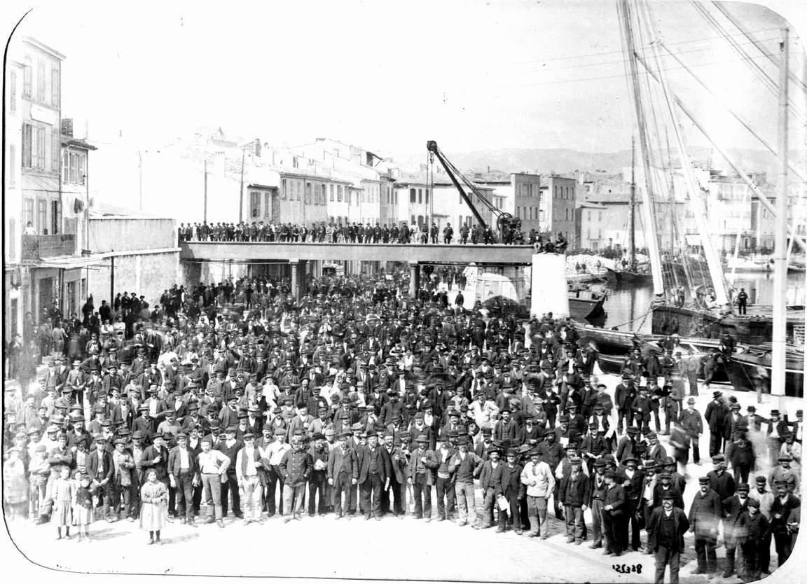 Regroupement du personnel des Messageries Maritimes devant le pont de fer en avril 1892 lors du lancement du « Ville de La Ciotat » - Avril 1892