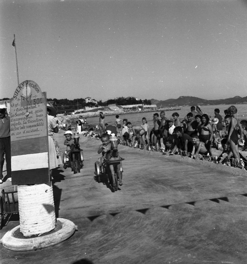 42Fi 2233 - Course de petits chevaux à la grande plage devant un jeune public très attentif. Le fameux Sulky est toujours dans la mémoire des ciotadens. Juillet 1953