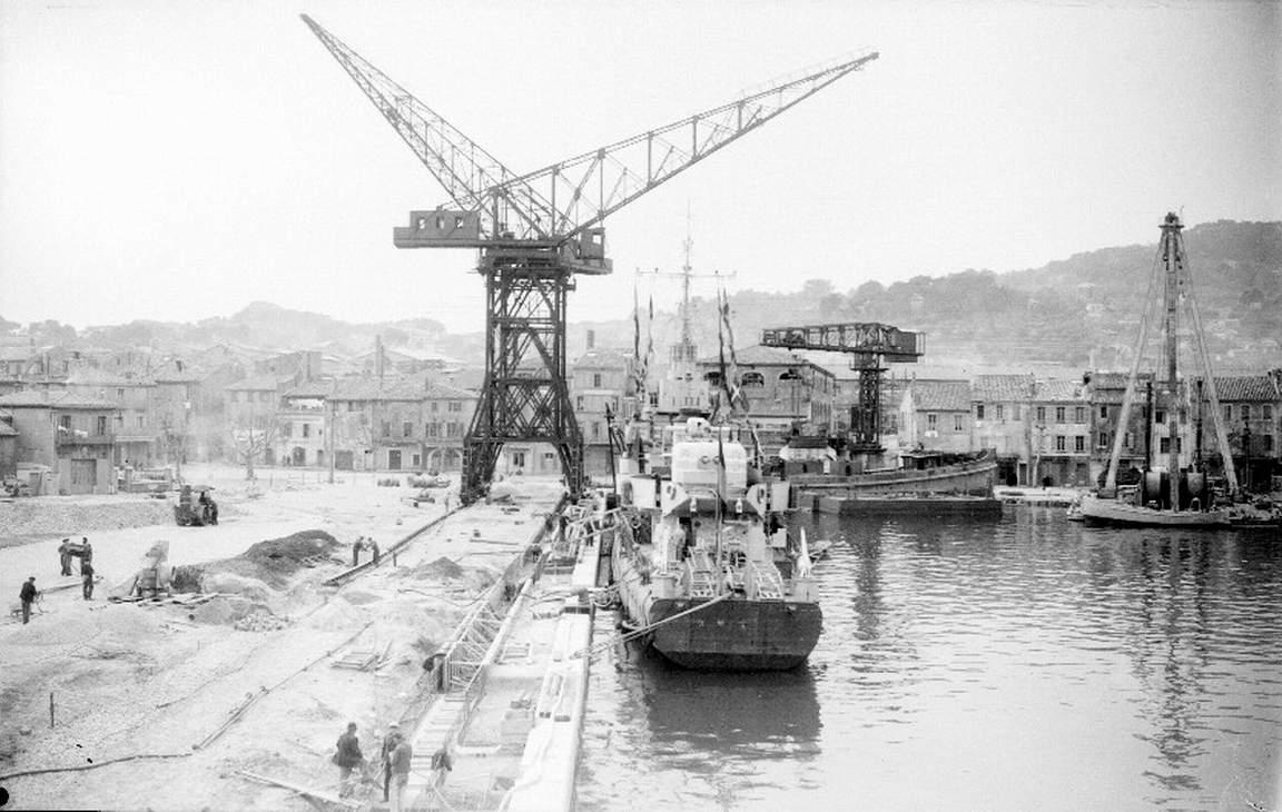 Dès la fin du conflit de la Seconde Guerre Mondiale, les aménagements du quartier dus à l'extension des chantiers commencent, notamment avec la construction du quai d'armement, inauguré le 20 mars 1946.