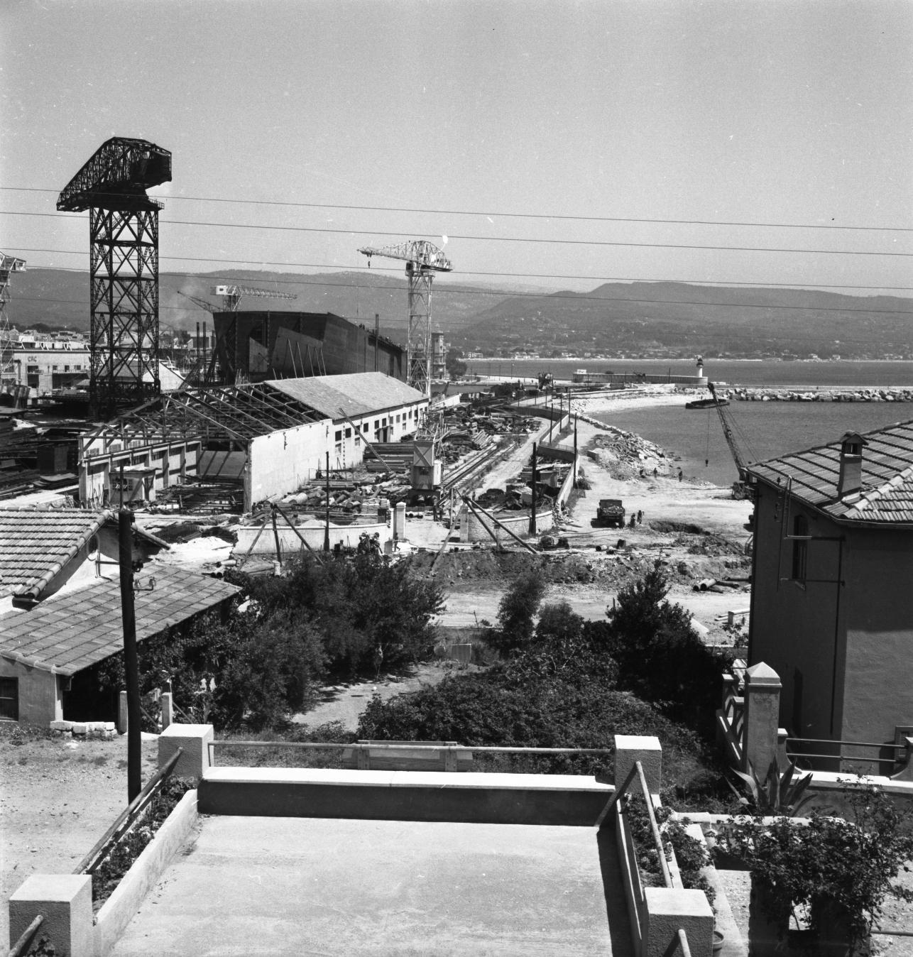 42 Fi 271 Transformation de l'anse du Pré ; l'accès à la mer va être limité et les anciens hangars destinés à abriter les hydravions sont démolis. 26/07/1953
