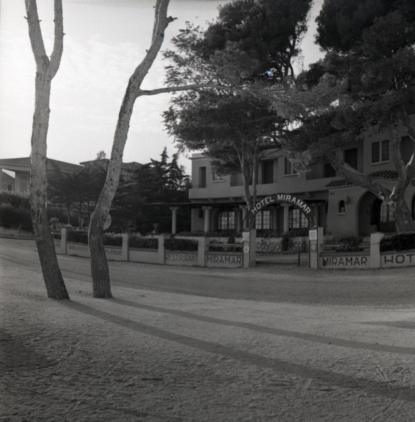 42Fi 1142 - L'intemporel hôtel Miramar face à la mer, sur une avenue encore peu fréquentée. 20/10/1953