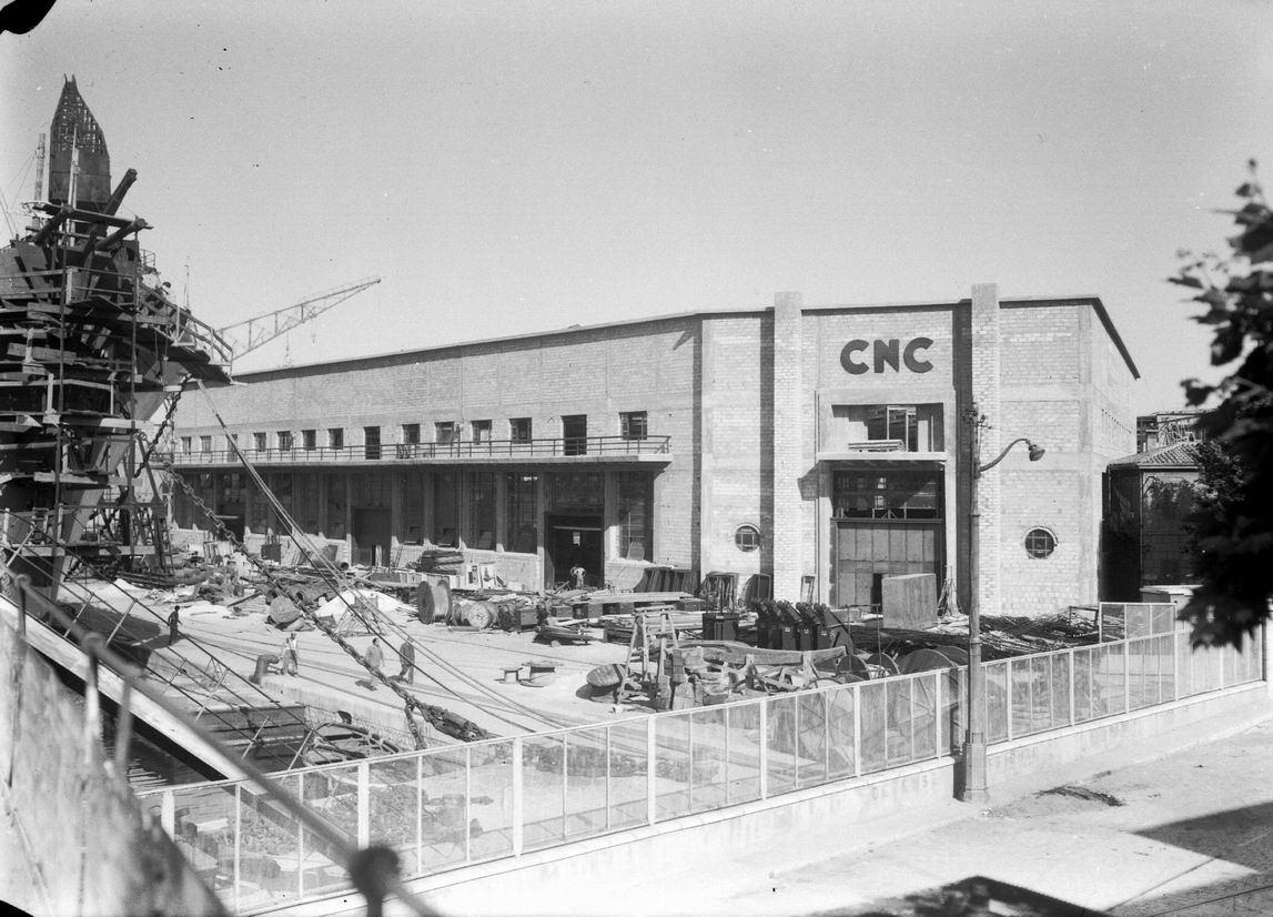 Le quai d'armement terminé, son bâtiment principal de 3250 m² est érigé en 1948. Il sera mis en fonction dès l'année suivante _ Environ 1948