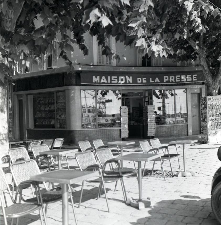 42Fi 1147 - L'incontournable Maison de la Presse de M. Wiesgrill sur le port, à l'angle de la rue Gueymard. 20/10/1953
