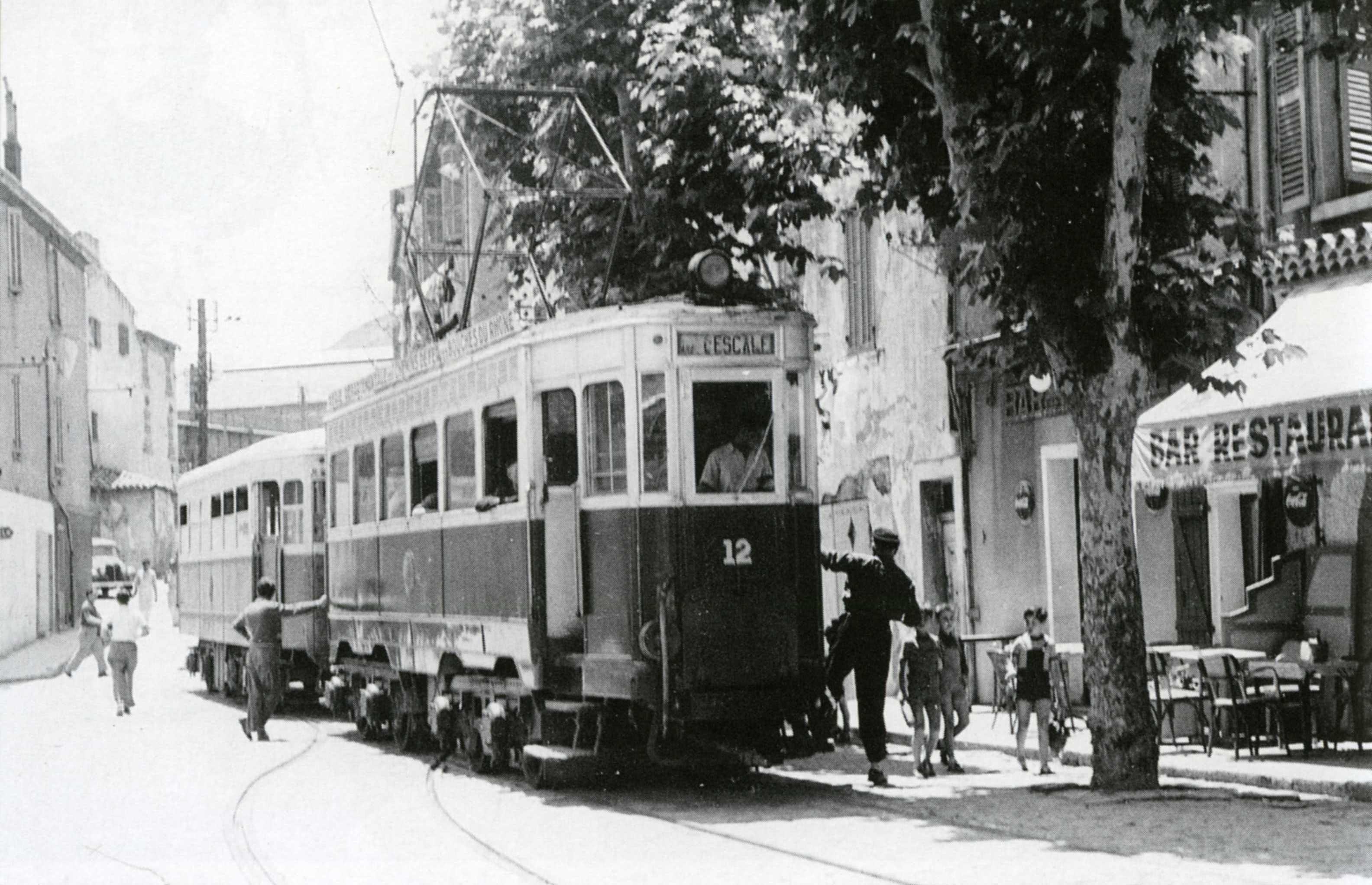 En voiture ! Le tramway ciotaden est prêt à partir pour la gare. La Ville se modernise… Environ 1950