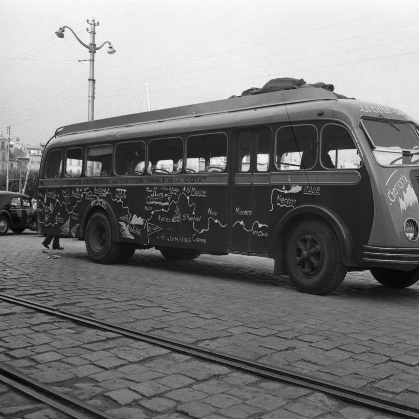 42 Fi 429 Le car personnalisé des apprentis de 3ème année des CNC, au retour de leur séjour itinérant d'été. 9/08/1953