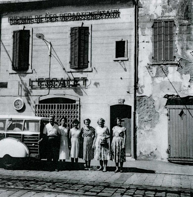 Ces Ciotadens sont fiers de poser devant la fameuse gare de l'Escalet, ouverte en 1935. Aujourd'hui, devenu lieu d'exposition, cet espace a gardé le même nom. - Environ 1950