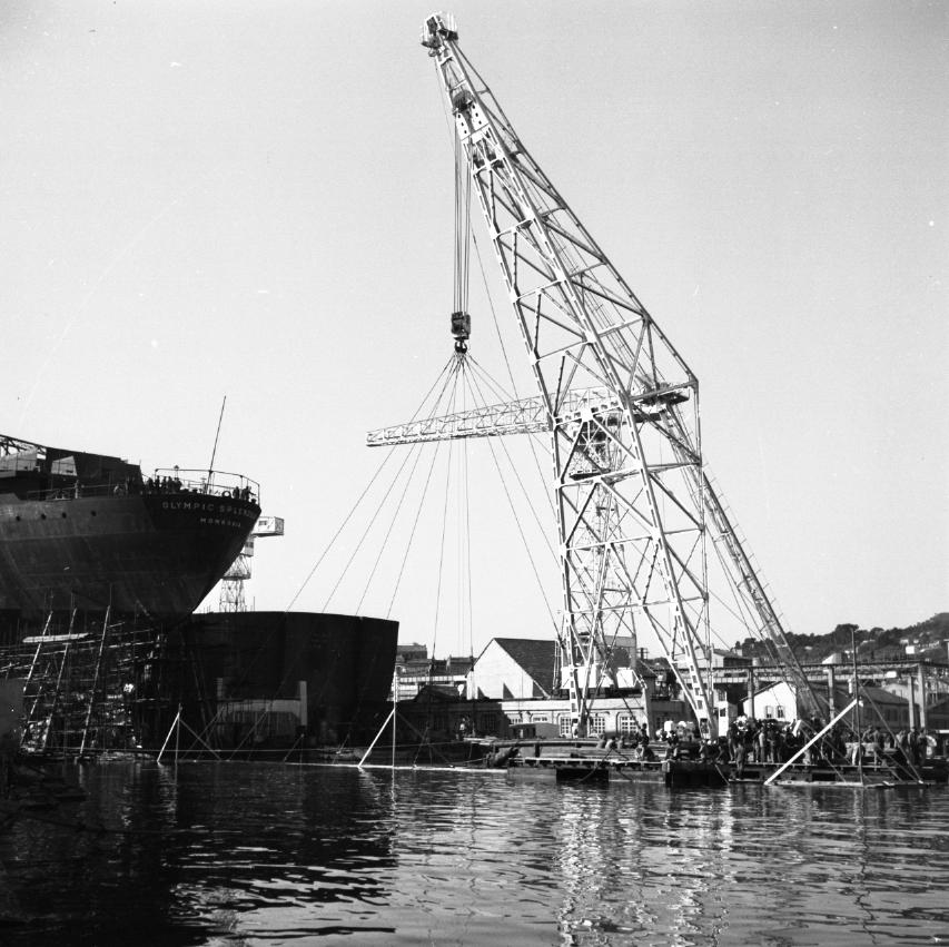 42 Fi 1656 Mise en place de l'avant-cale par le ponton mâture en prévision du lancement de l'Olympic Splendour. 10/12/1953