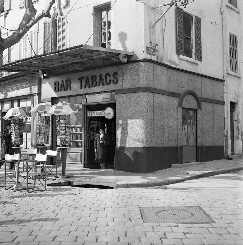 44Fi 573 - Le bar tabac de « Hustache » sur le port, au coin de la rue Maréchal Foch. 2/03/1954