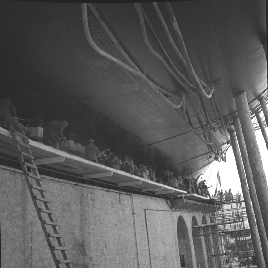 42 Fi 1762 Lancement de l'Olympic Splendour, une foule d'ouvriers se trouve sous le bateau afin de serrer le berceau. 20/12/1953