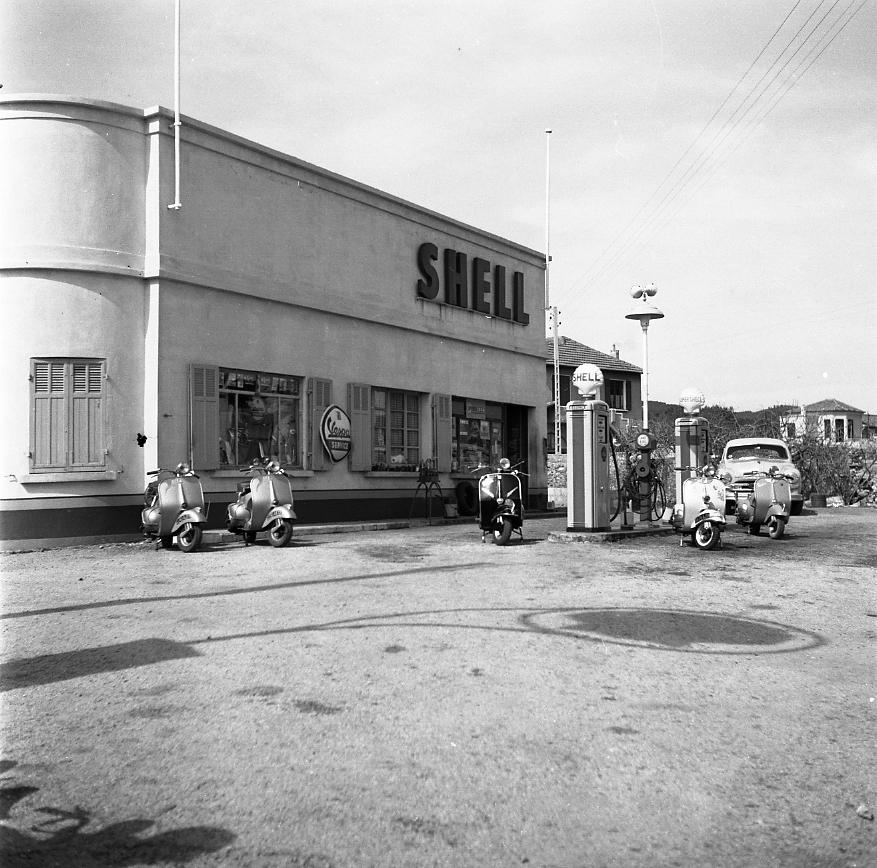 44Fi 1018 - Le garage et la station service Shell sur la route de Marseille, concessionnaire Vespa, qui feront fureur à la Ciotat. 28/03/1954