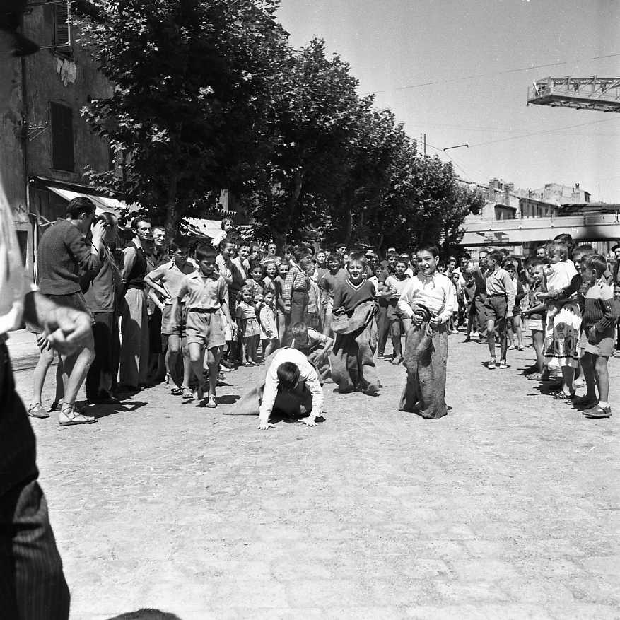 L'Escalet n'est pas qu'un lieu de passage. A l'image d'autres quartiers, des évènements y sont organisés comme par exemple cette course en sac à l'occasion des fêtes du 15 août 1954.