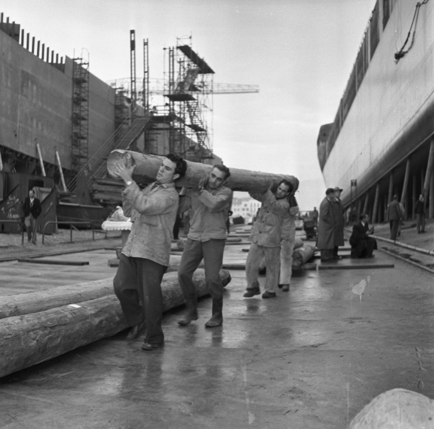 42 Fi 1796 Lancement de l'Olympic Splendour, les ouvriers évacuent les accores. 20/12/1953