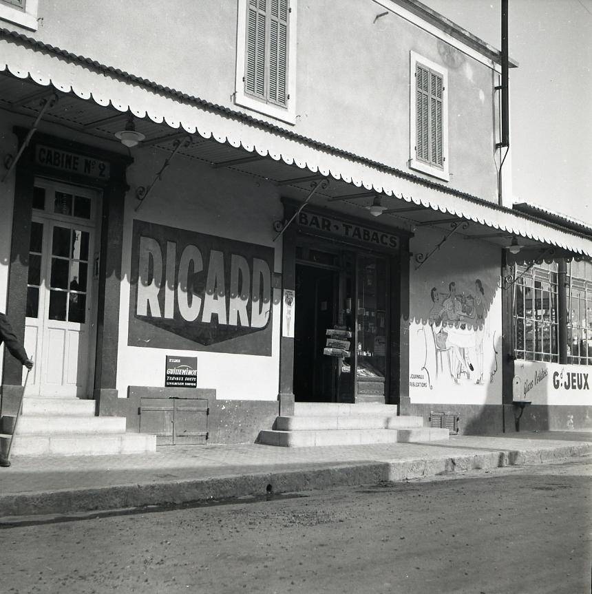 44Fi 1582 - Le bar tabac de St-Jean connu de toutes les générations de ciotadens. 25/04/1954