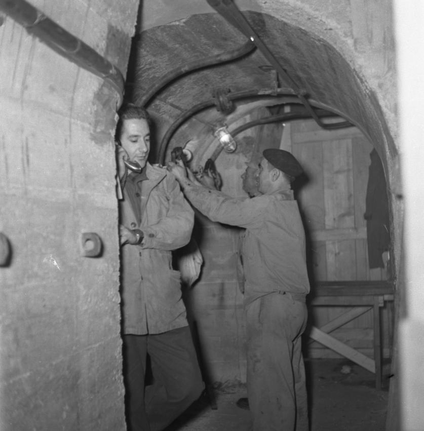 42 Fi 1772 Lancement de l'Olympic Splendour, les ouvriers, sous la cale, s'apprêtent à effacer les vérins de retenue du navire. 20/12/1953