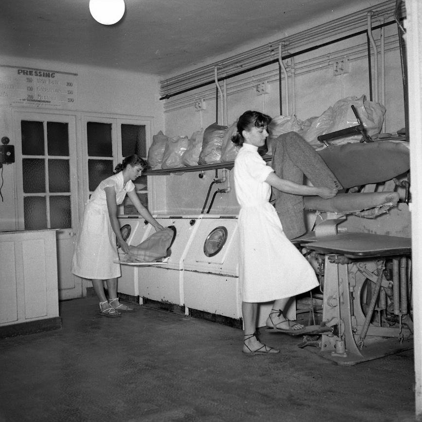 44Fi 2563 - Arrivée du modernisme dans cette laverie automatique de la rue Pèbre. 4/07/1954