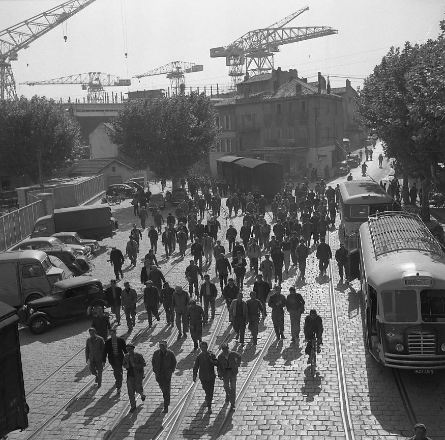 Durant des décennies les riverains ont assisté à la sortie des ouvriers, véritable marée humaine qui envahissait la place, comme ce 12 octobre 1956.