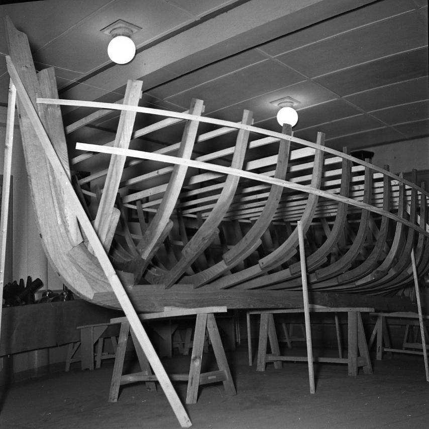 44 Fi 260 Ossature d'une barque à l'occasion de l'exposition des apprentis des CNC. 30/01/1954