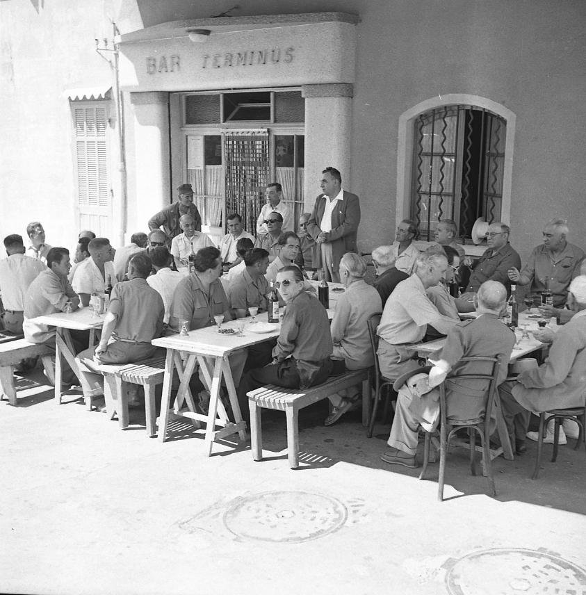 44Fi 2970 - Discours du maire Jean Graille pour l'apéritif d'honneur lors de la Ste Marthe (la fête du marché) à la terrasse du bar « Terminus ». 25/07/1954