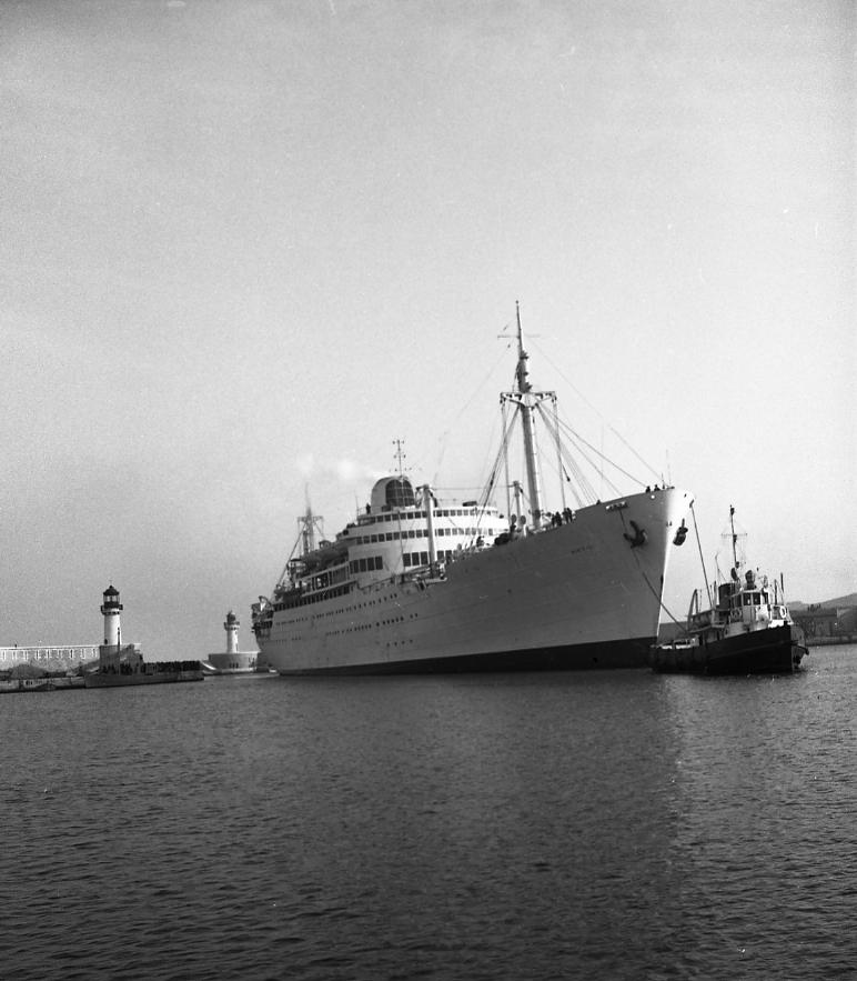 27 Fi 506 Le Viet-Nam, en manœuvre d'accostage, tiré par un remorqueur dans le port. 20/02/1953