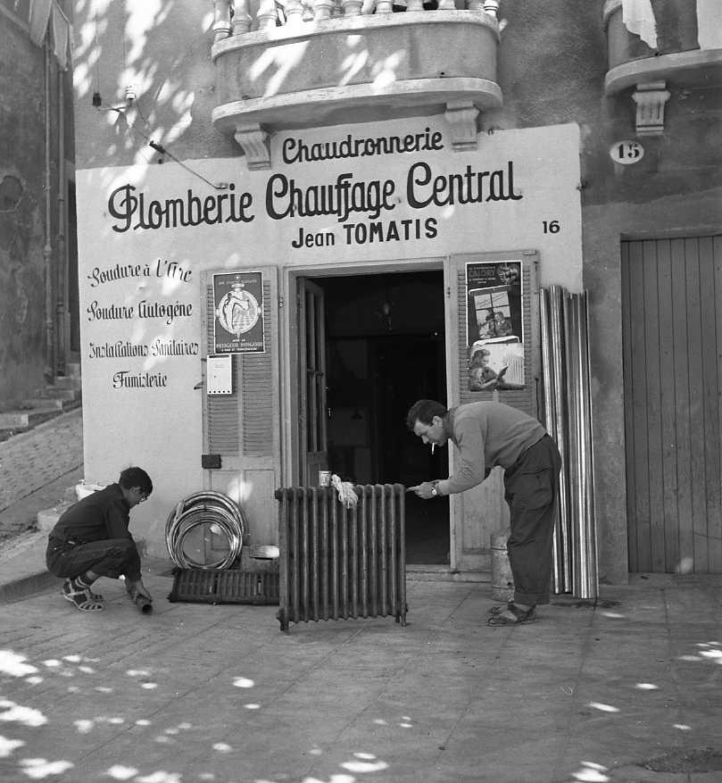 27Fi 3378 - Nouveau magasin de plomberie de Jean Tomatis sur le port, à côté de la Calade. 29/09/1954