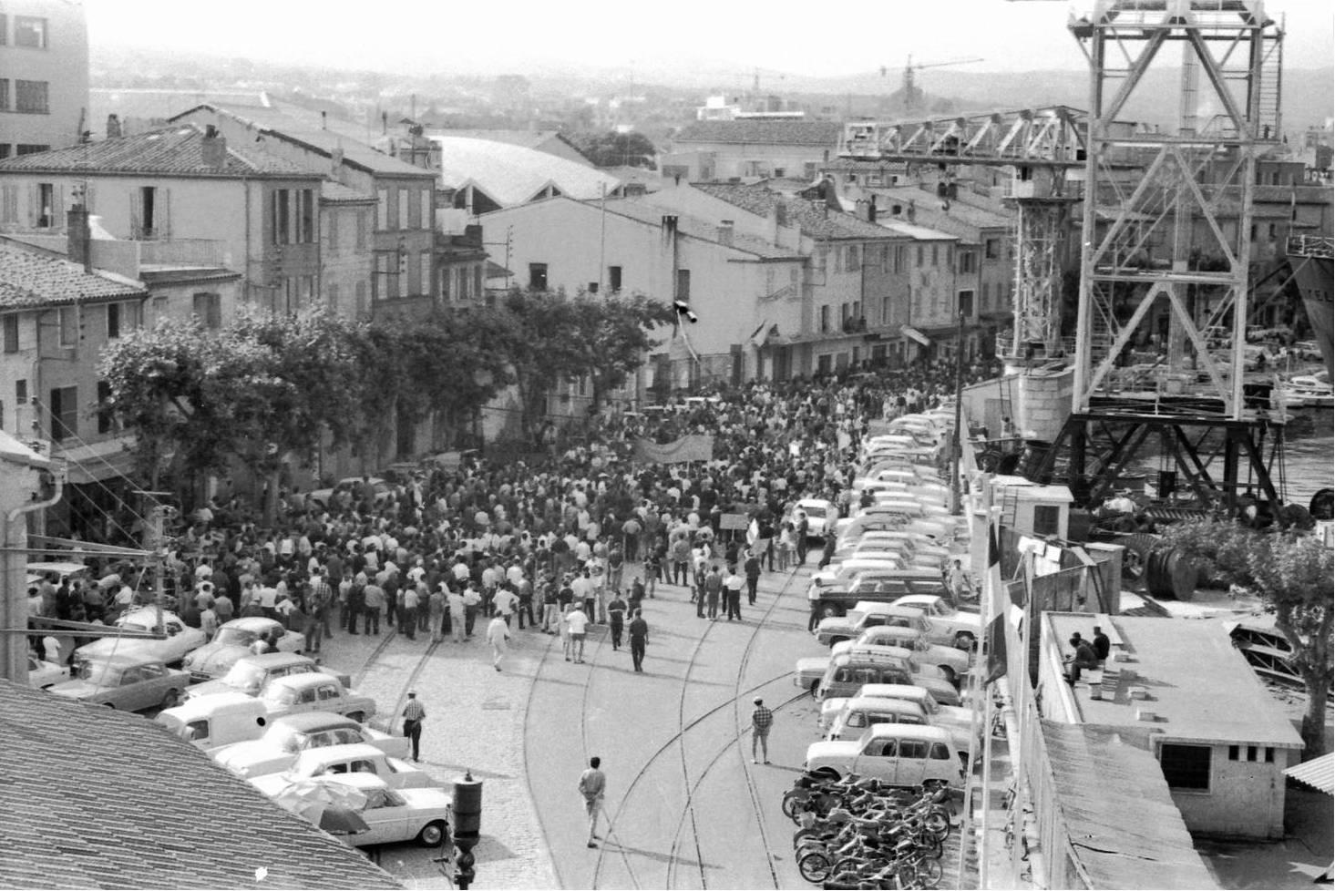 Rassemblement important d'ouvriers lors des grèves de 1968. Le quai est envahi de voitures, de deux-roues et de grévistes !  - 1968