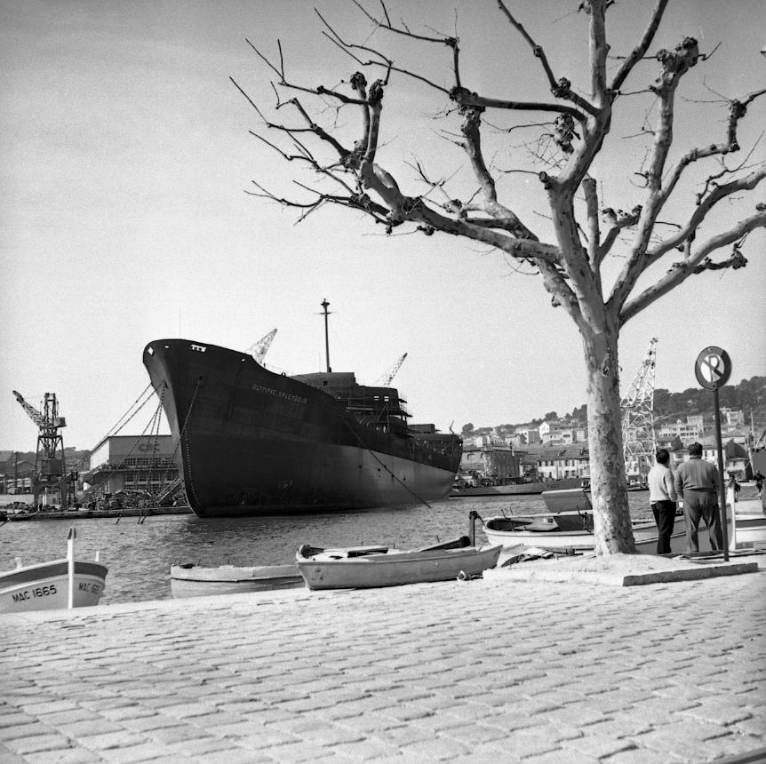 44 Fi 741 Toujours l'Olympic Splendour, immense dans ce petit port, sagement amarré et entrant en phase d'armement. 7/03/1954