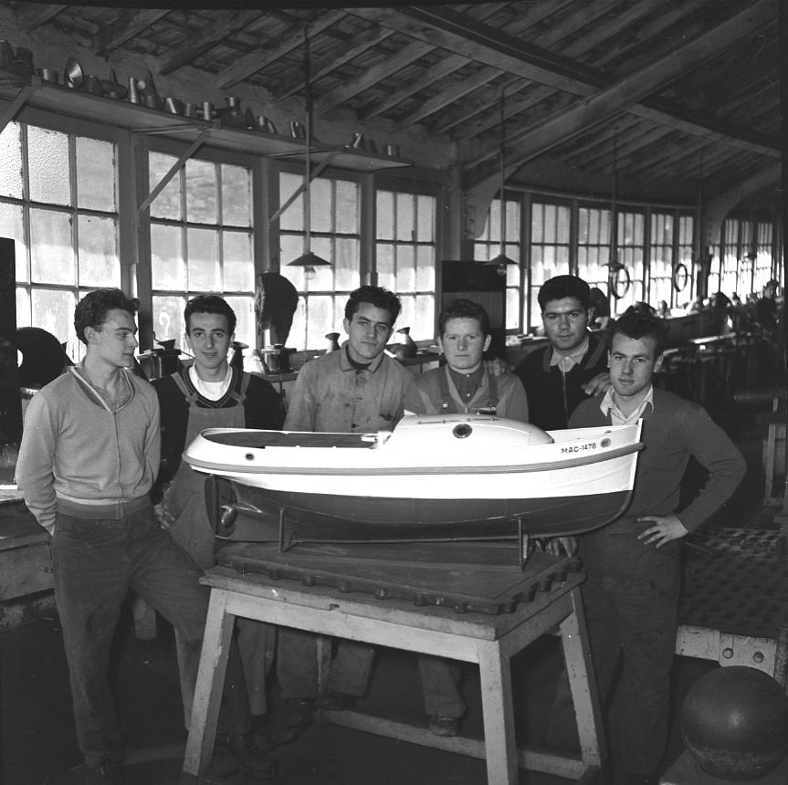 44 Fi 1168 Les élèves de 3ème année du centre d'apprentissage des CNC posant fièrement devant leur maquette « l'apprenti ». 12/04/1954